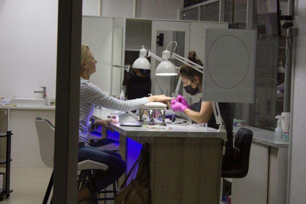 Manicure hybrydowy – recepta na atrakcyjne dłonie przez długi czas!